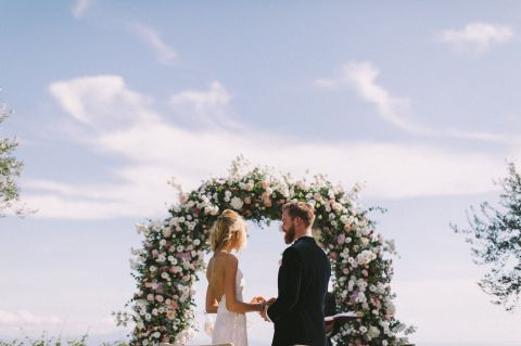 best weddig ceremony under a floral arch made by Italian florist