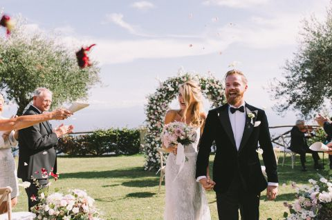 confetti tossing for wedding ceremony
