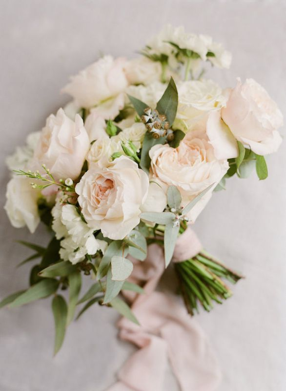 Bouquet sposa in stile naturale, con rose inglesi rosa cipria