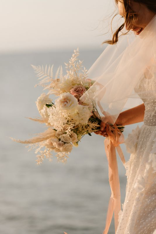 Bouquet da sposa moderno con fiori bianchi e color ruggine
