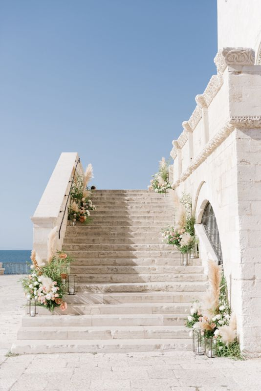 Floral designer for wedding in Trani Cathedral, the most beautiful Church in Puglia