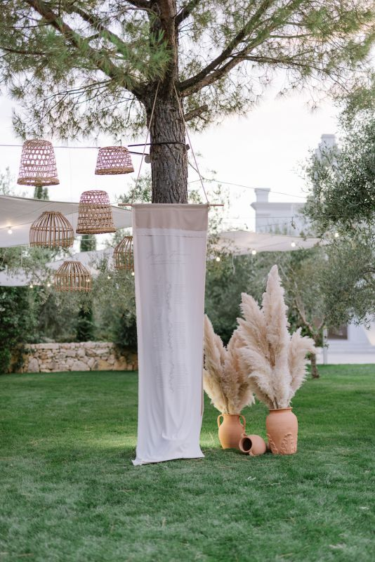 Tableau de mariage idea with printed fabric and pampas