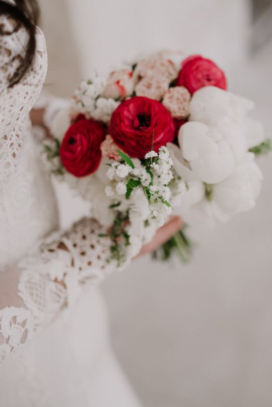 Bridal bouquet with a touch of red