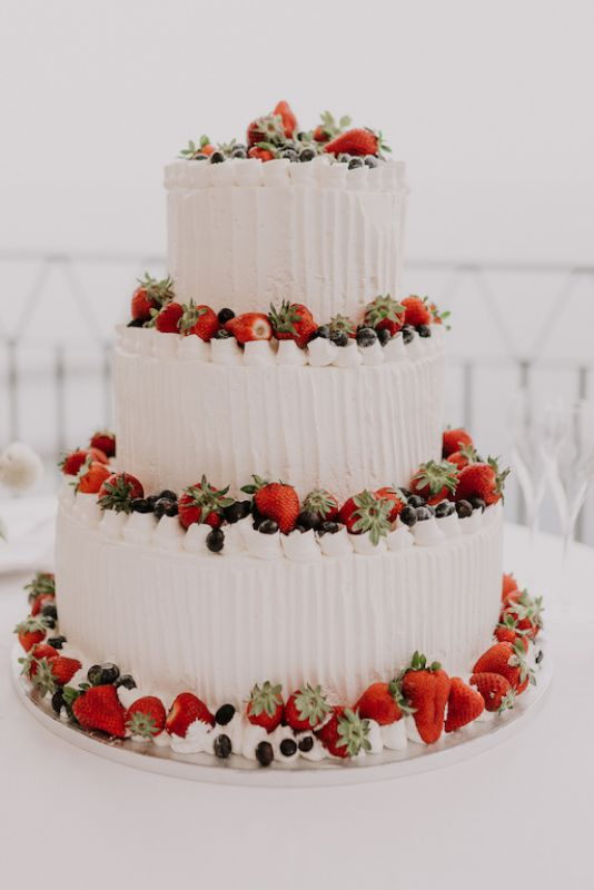 Wedding cake with red details