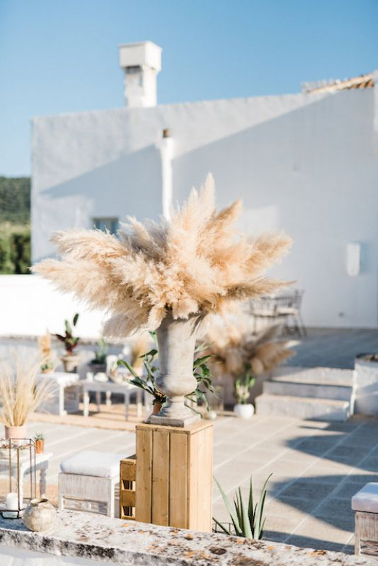 Boho decoration with pampas for lounge area in masseria Le carrube