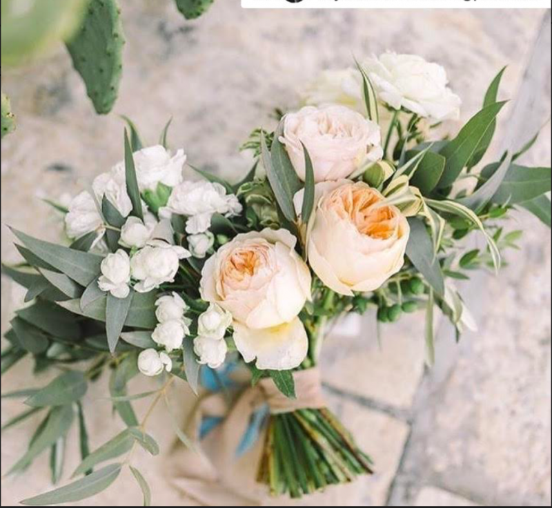 natural style bridal bouquet made with peach garden roses, white small flowers and eucaliptus